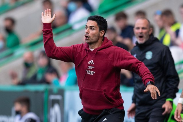 Arsenal manager Mikel Arteta delivers instructions to his players in the pre-season friendly defeat to Hibs at Easter Road (Photo by Ross Parker / SNS Group)