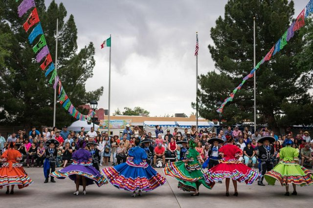 Ballet Folklorico dancers from East Picacho Elementary School perform during the Cinco de Mayo in New Mexico, 2017 (Photo: PAUL RATJE/AFP via Getty Images)