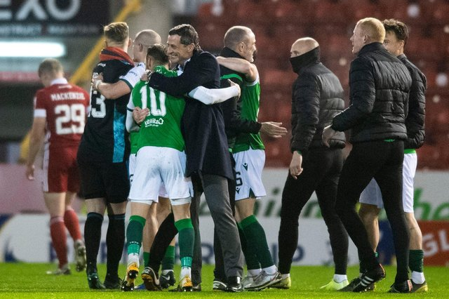 Hibs players celebrate at full time during the Scottish Premiership match between Aberdeen and Hibernian at Pittodrie. Photo by Mark Scates / SNS Group