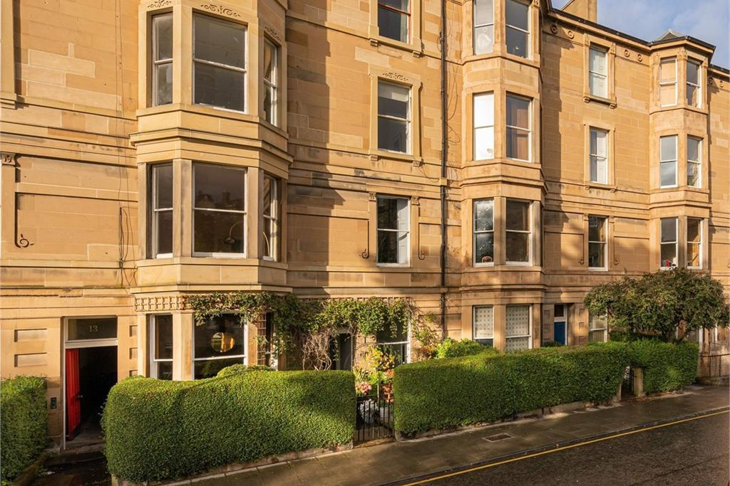 Edinburgh property: Rarely available elegant and stylish 3-bedroom main door flat in highly ...
