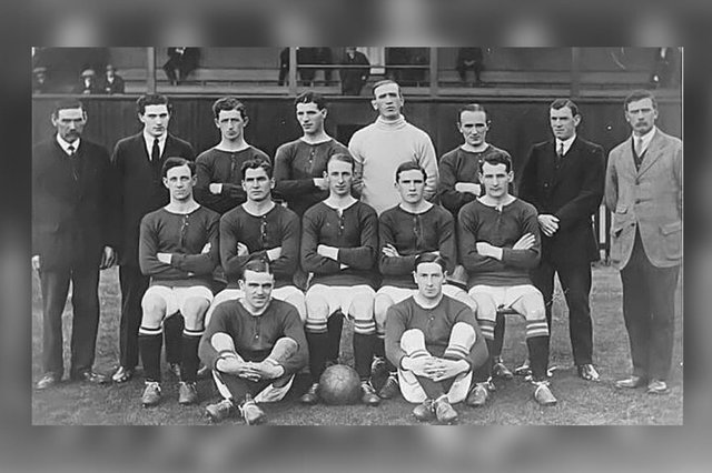 The Hibs team during the 1914/15 season. Included are Matt Paterson (third left in the back row) and James Hendren (furthest right in the middle row)