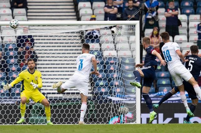 Patrick Čech vede v Hampdenu první gól České republiky proti Skotsku.