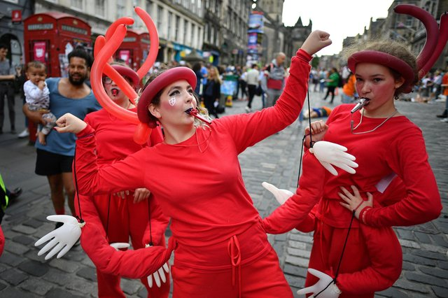 EDINBURGH, SCOTLAND - AUGUST 05: An Edinburgh Festival Fringe entertainer performs on the Royal Mile on August 5, 2019 in Edinburgh, Scotland. The festival takes place in the Scottish capital from 2 to 26 August, and is marking its 72nd anniversary, this year sees some 3,841 shows performed in the world's oldest fringe festival, that runs alongside the Edinburgh International Festival. (Photo by Jeff J Mitchell/Getty Images)