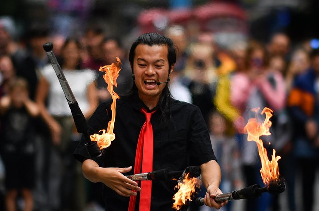 A Festival Fringe entertainer juggles on the Royal Mile in 2019 (Picture: Jeff J Mitchell/Getty Images)