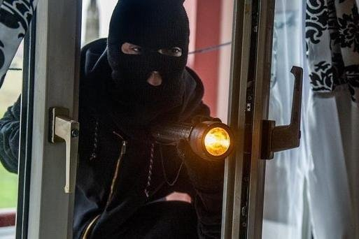 A gang of thieves made off with four cars in part of Edinburgh by breaking-in through people's windows to steal their car keys.