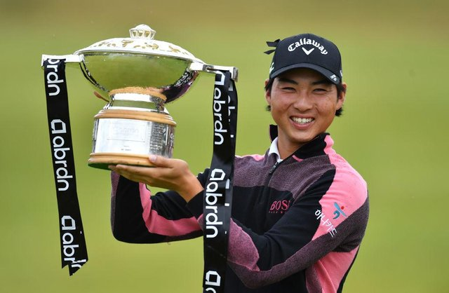 Min Woo Lee of Australia celebrates with the trophy after winning the abrdn Scottish Open at The Renaissance Club. Picture: Mark Runnacles/Getty Images.